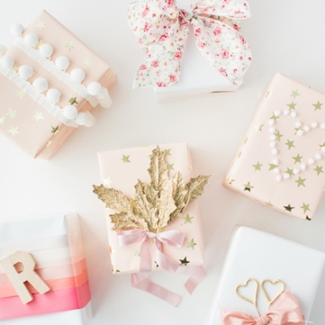 emballage-cadeau-idées-superbes-en-rose-blanc-et-or-ruban-rose-et-à-motifs-floraux-pompons-feuilles-dorées-bandes-de-ruban-colorées