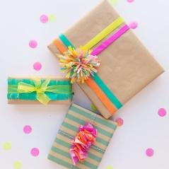 emballage-cadeau-original-avec-décorations-de-papier-crepon-sur-papier-kraft-bandes-pompon-et-chutes-de-papier-crepon-colorés-e1511509450897