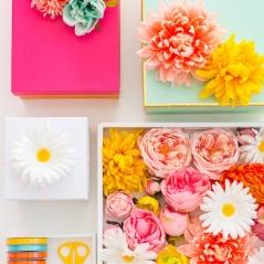 faire-un-paquet-cadeau-boite-bleue-et-boite-mauve-décorées-de-fleurs-artificielles-façon-fraîches-et-rubans-colorés-e1511424744739
