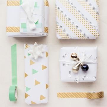 idée-comment-faire-un-paquet-cadeau-décoré-de-washi-tape-triangles-bandes-petites-boules-de-noel-et-ruban-blanc-e1511510719845