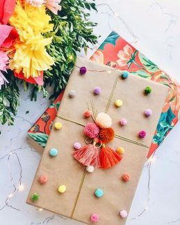 Paquet cadeau avec des pompons